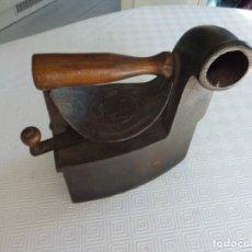 Antigüedades: ANTIGUA PLANCHA DE HIERRO CON ESCUDO. Lote 193254212
