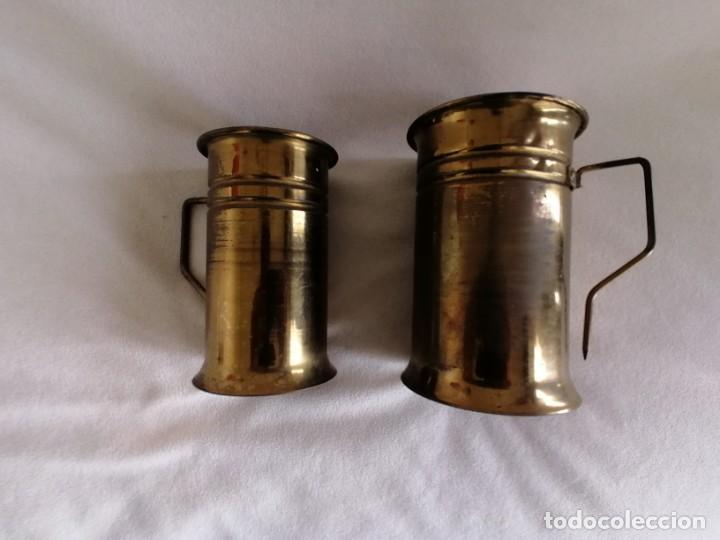 Antigüedades: juego de jarras de latón. - Foto 3 - 193421422