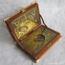 Antigüedades: RELOJ DE SOL - BRÚJULA EN CAJA DE MADERA FORRADA DE CUERO, FORMA DE LIBRO. Lote 193431088