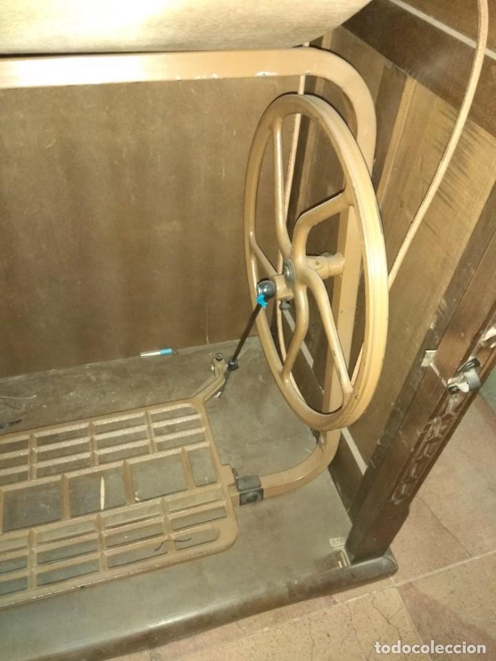Antigüedades: Maquina de coser Singer antigua con mueble - Foto 8 - 193440075