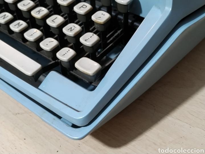 Antigüedades: Máquina de escribir portátil Remington Holiday azul - años 60 - Foto 2 - 193569868