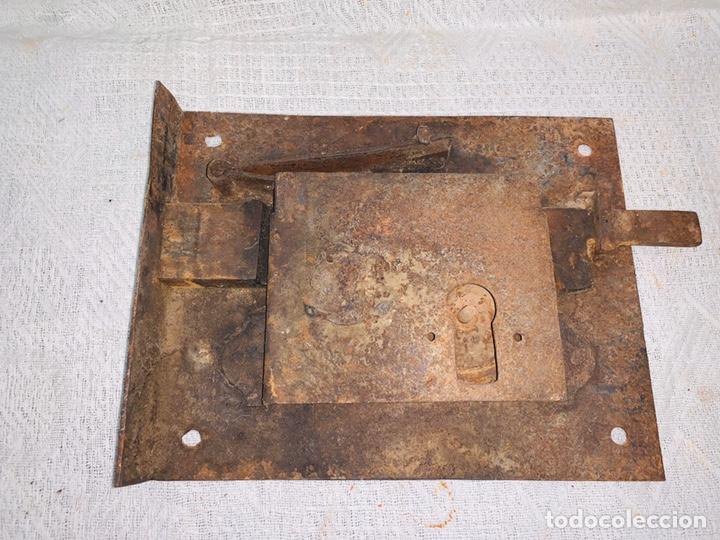 Antigüedades: LOTE DE DOS CERRADURAS ANTIGUAS UNA CON LLAVE - Foto 2 - 193616057