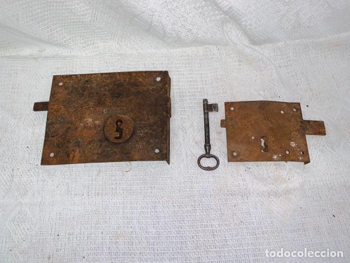 Antigüedades: LOTE DE DOS CERRADURAS ANTIGUAS UNA CON LLAVE - Foto 3 - 193616057