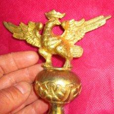 Antigüedades: AGUILA REMATE EN BRONCE AL ORO CORONA REAL PROCEDE BARGUEÑO CARLOS IV XVIII. Lote 240148385