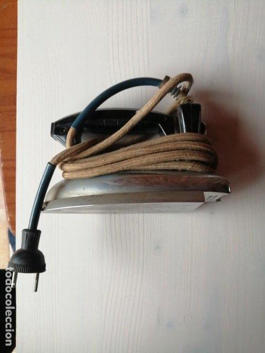 Antigüedades: Antigua plancha eléctrica Ufesa modelo Armikelo 19 mango en baquelita, años 50 - 60 - Foto 2 - 193826415