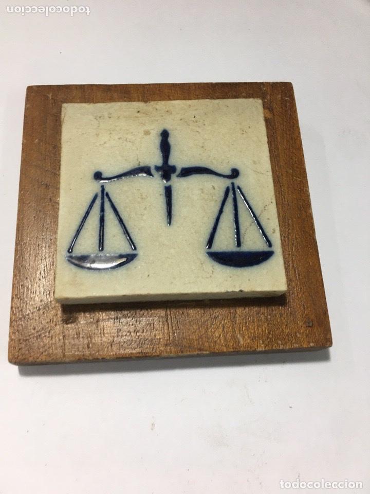 Antigüedades: Azulejo antiguo con balanza 7x7 sobre madera 10x10 - Foto 2 - 193830961