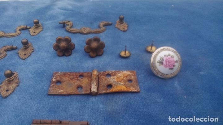 Antigüedades: LOTE DE ANTIGUOS TIRADORES, BISAGRAS, ADORNOS Y CLAVOS PARA RESTAURAR MUEBLES - LOTE REPUESTOS. - Foto 4 - 220959683