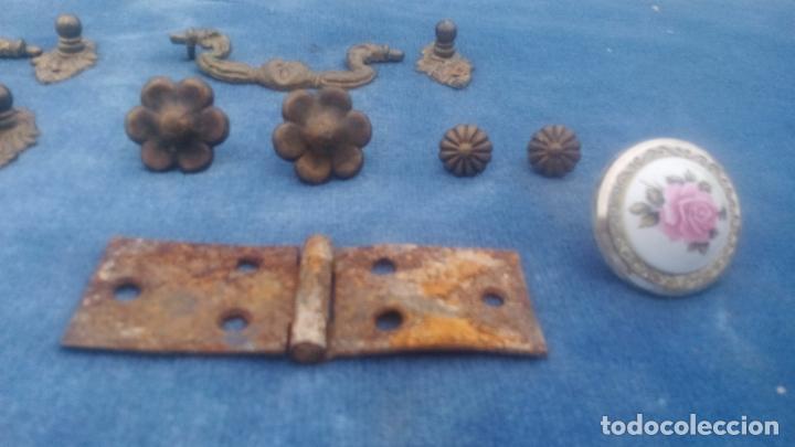 Antigüedades: LOTE DE ANTIGUOS TIRADORES, BISAGRAS, ADORNOS Y CLAVOS PARA RESTAURAR MUEBLES - LOTE REPUESTOS. - Foto 8 - 220959683