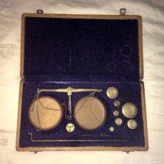 Antigüedades: ANTIGUA BALANZA DE BRONCE PARA PESAR MONEDAS CON VARIEDAD DE PESAS HASTA 100 GR.. Lote 193954052