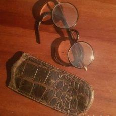 Antigüedades: ANTIGUAS GAFAS CRISTALES REDONDOS Y FUNDA COCODRILO. Lote 194064980