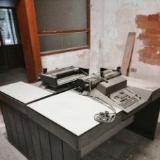 Antigüedades: MÁQUINAS DE ESCRIBIR INTEGRADAS EN MESA. Lote 194152962