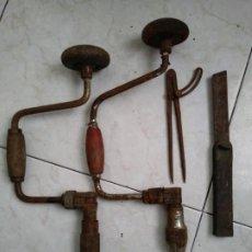 Antigüedades: LOTE HERRAMIENTAS ANTIGUAS BERBIQUI TALADRADORA MANUAL MEDIDOR ÁNGULOS TRANSPORTADOR ETC. Lote 194159270
