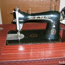 Antigüedades: ANTIGUA MAQUINA DE COSER ALFA - PLEGABLE EN SU MUEBLE ARMARIO.. Lote 194176981