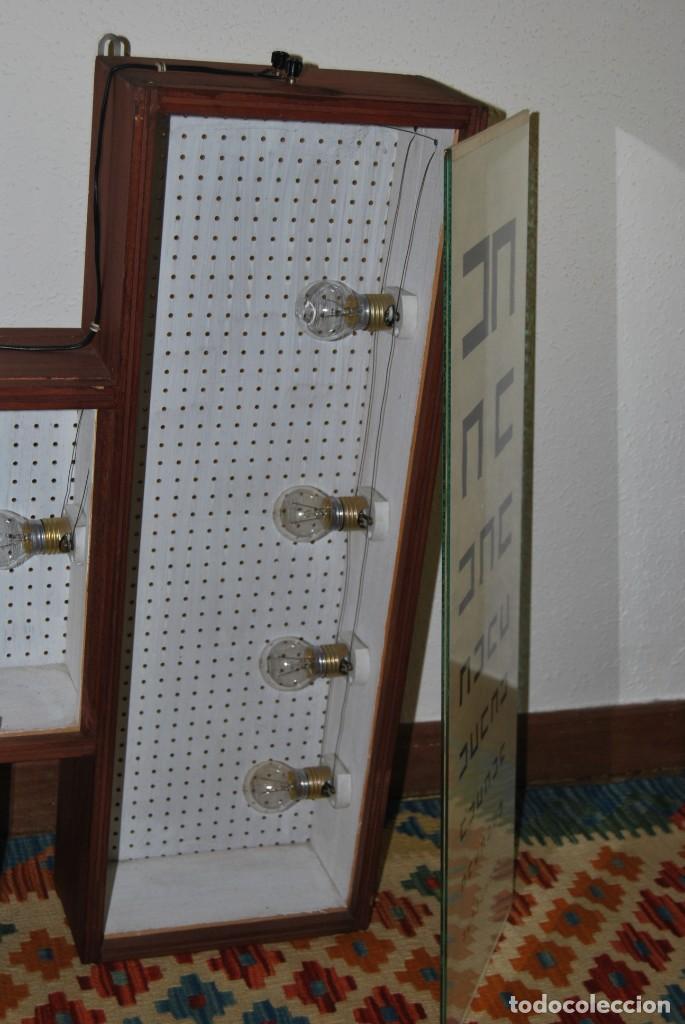 Antigüedades: OPTÓMETRO DE MADERA CON PANELES DE CRISTAL - ULLOA ÓPTICO - CONSULTA MÉDICA - LÁMPARA - Foto 17 - 194180630