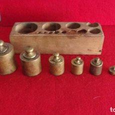 Antigüedades: ANTIGUO TACO DE PESAS,BRONCE,COMIENZA CON LA DE 1 KILO. Lote 194193096