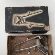 Antigüedades: MÁQUINA DE CORTAPELOS ANTIGUA DESPIECE. Lote 194229893