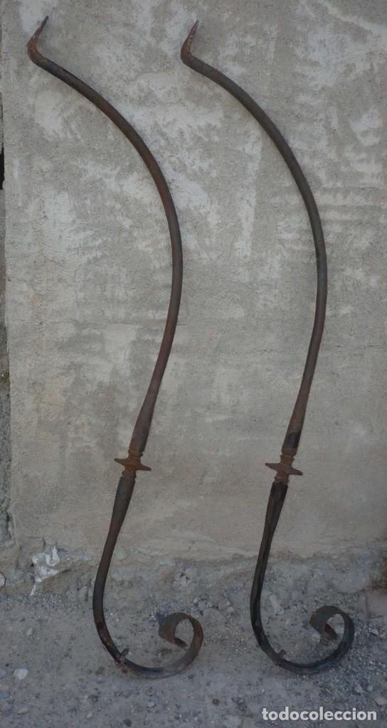2 ANTIGUAS MENSULAS DE HIERRO FORJADO 90 CM (Antigüedades - Técnicas - Cerrajería y Forja - Forjas Antiguas)