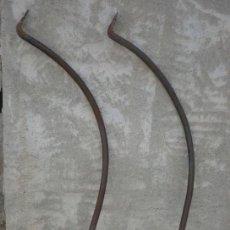 Antigüedades: 2 ANTIGUAS MENSULAS DE HIERRO FORJADO 90 CM. Lote 194248706