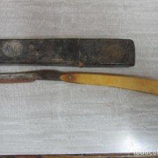 Antigüedades: ANTIGUA NAVAJA DE AFEITAR WADE & BUTCHER SHEFFIELD - INSCRIPCIÓN, A LA VILLA DE MADRID - CON FUNDA . Lote 194490706