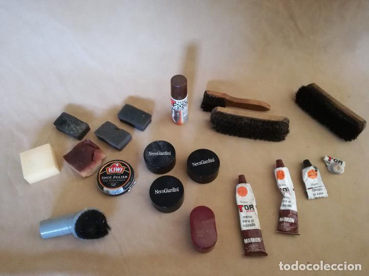 Antigüedades: Lote de herramientas de zapatero, cepillos, esponjas, cremas, etc. - Foto 2 - 194509472