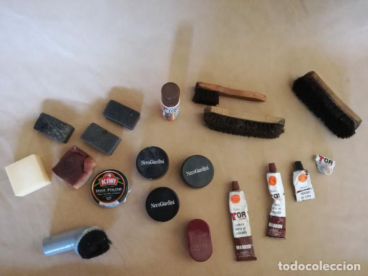 Antigüedades: Lote de herramientas de zapatero, cepillos, esponjas, cremas, etc. - Foto 3 - 194509472