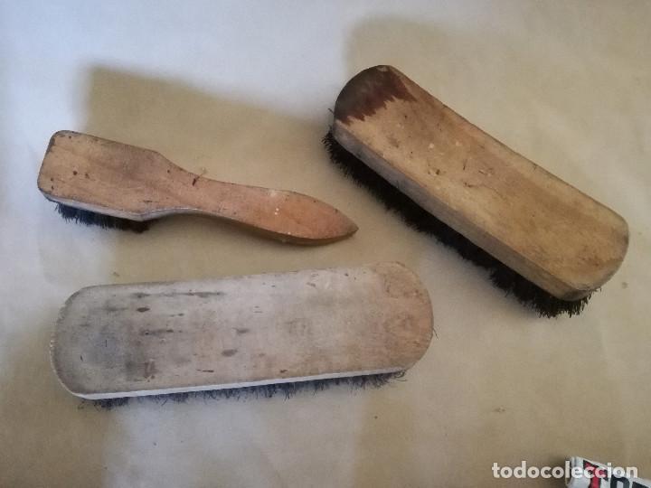 Antigüedades: Lote de herramientas de zapatero, cepillos, esponjas, cremas, etc. - Foto 5 - 194509472