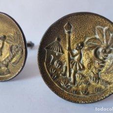Antigüedades: PAREJA DE ANTIGUOS TIRADORES DE BRONCE PARA MUEBLE, MOTIVO COLONIAL.. Lote 194535555