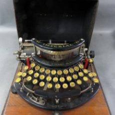 Antigüedades: MÁQUINA DE ESCRIBIR IMPERIAL MODELO B TECLADO CURVO COMPLETA CON BASE FUNDA Y MALETÍN HACIA 1915. Lote 194597672
