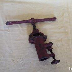 Antigüedades: ANTIGUA HERRAMIENTA DE HIERRO FUNDIDO, UNOS 35 X 32 X 12 CMS. A CLASIFICAR. Lote 194599095