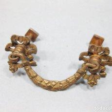 Antigüedades: PEQUEÑO TIRADOR EN BRONCE O LATÓN PARA MUEBLE O CAJÓN. . Lote 194604130