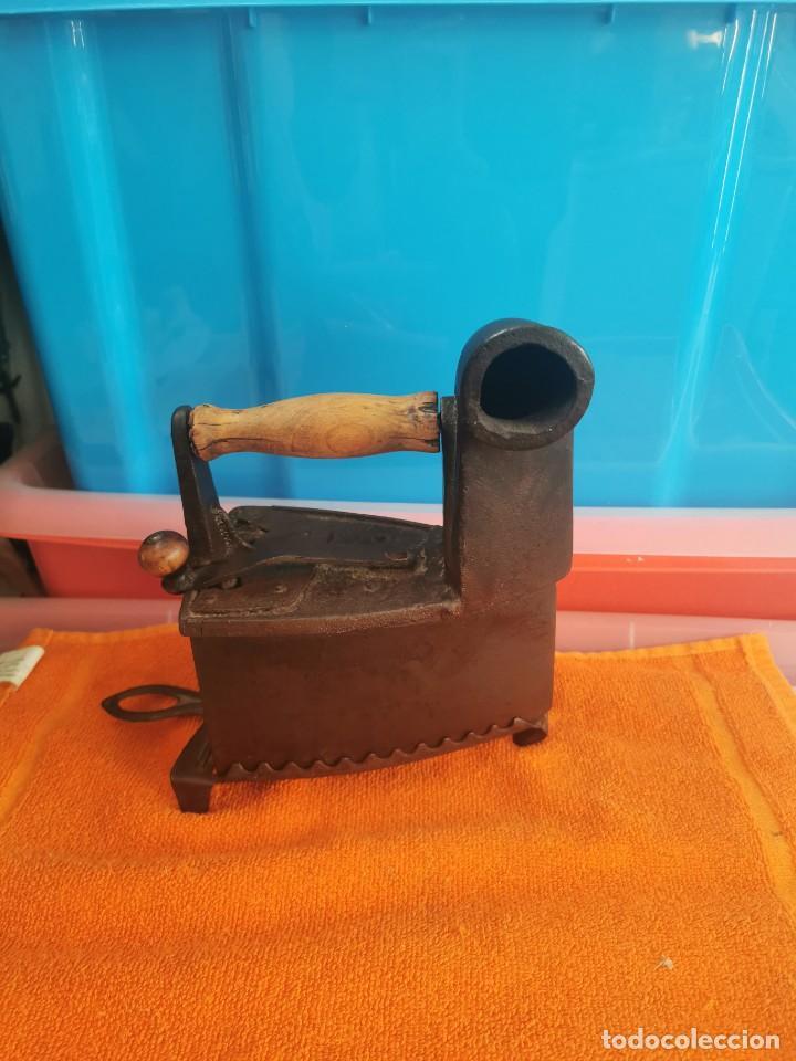 ANTIGUA PLANCHA DE CARBÓN CON SOPORTE EN MUY BUEN ESTADO (Antigüedades - Técnicas - Planchas Antiguas - Carbón)
