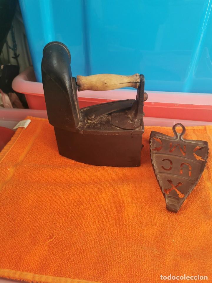 Antigüedades: Antigua plancha de carbón con soporte en muy buen estado - Foto 2 - 194750423