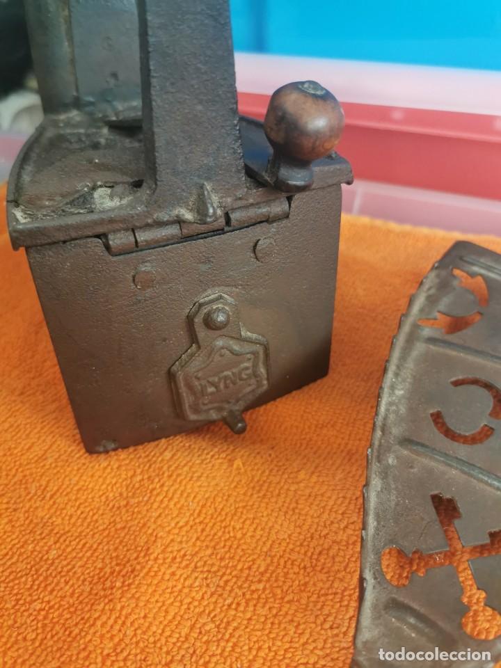 Antigüedades: Antigua plancha de carbón con soporte en muy buen estado - Foto 3 - 194750423