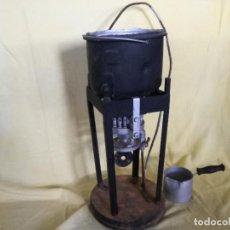Antigüedades: CURIOSA FRAGUA O HERRAMIENTA PARA FUNDIR METALES, ANTIGUA O VINTAGE, UNOS 63 CMS. DE ALTO. Lote 194752101