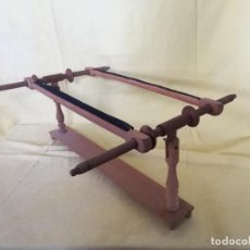 Antigüedades: ANTIGUO BASTIDOR DE MADERA, PARA TEJER O SIMILAR, UNOS 64 X 50 X 27 CMS. DEFECTOS. Lote 194760318