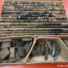 Antigüedades: ANTIGUA CAJA CON MAS DE 300 LETRAS DE IMPRENTA, TIPOGRAFIA, EN BRONCE O LATON. LEER MAS. Lote 194767865