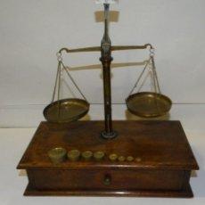 Antigüedades: BALANZA ANTIGUA CON PESAS . BASE DE MADERA CON CAJÓN. Lote 194769847