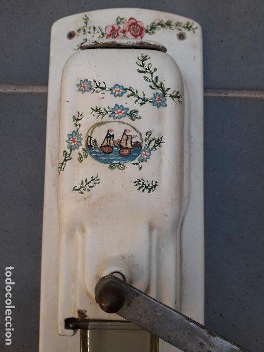 Antigüedades: antiguo molinillo de cafe de pared, de hierro pintado, 34x16cm aprox , molinillo 26cm aprox - Foto 2 - 194875603
