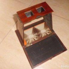 Antigüedades: VISOR ESTEREOSCOPICO AÑO 1.890 EN CAOBA MAS 37 FOTOS DOBLES. Lote 194897993