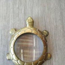 Antigüedades: BONITA LUPA DORADA EN FORMA DE TORTUGA. Lote 194946781