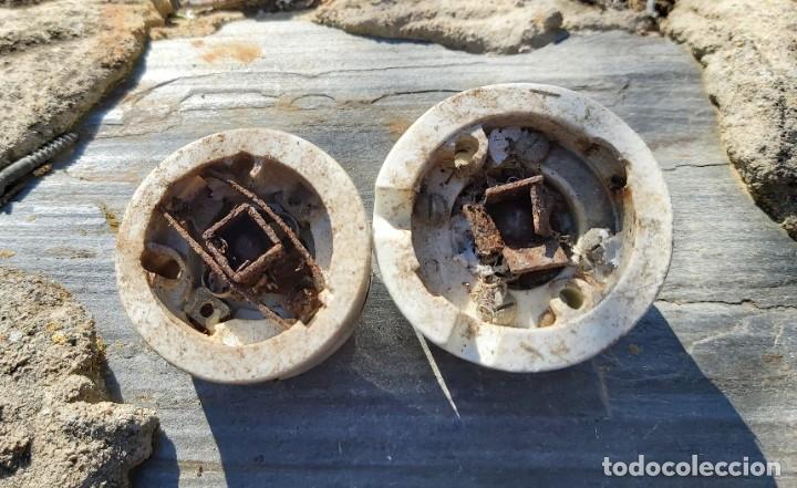Antigüedades: Piezas de porcelana, material eléctrico y un tirador, 18 cm aprox. - Foto 3 - 50109841