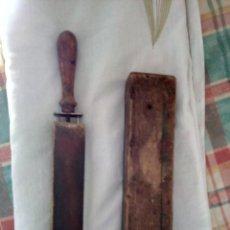 Antigüedades: AFILADOR BARBERO CON FUNDA DE MADERA. Lote 195197647