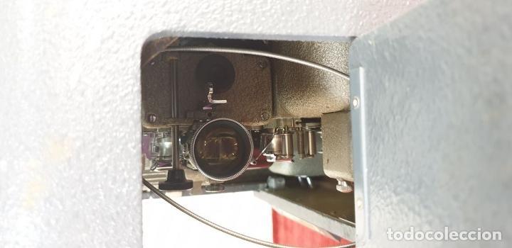 Antigüedades: PROYECTOR DE CINE BELL AND HOWELL. 16 MM. CAJAS ORIGINALES. INGLATERRA. 1950. - Foto 15 - 195271132