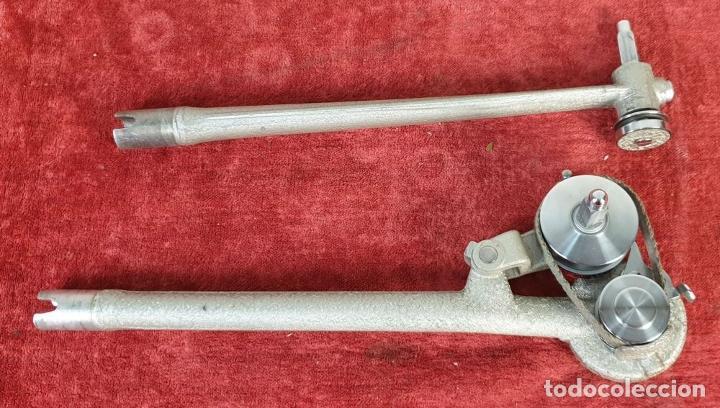 Antigüedades: PROYECTOR DE CINE BELL AND HOWELL. 16 MM. CAJAS ORIGINALES. INGLATERRA. 1950. - Foto 26 - 195271132