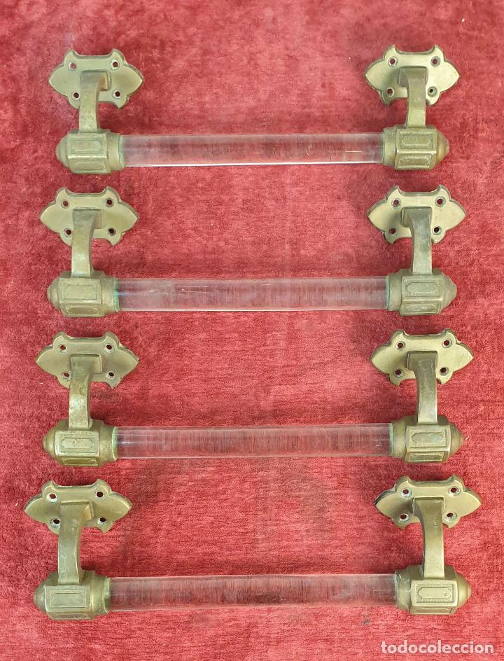 4 TIRADORES DE PUERTA. BARRA DE CRISTAL. SOPORTES DE BRONCE. SIGLO XIX-XX. (Antigüedades - Técnicas - Cerrajería y Forja - Tiradores Antiguos)