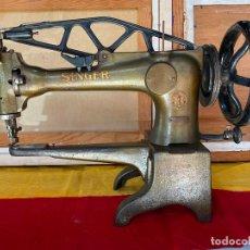 Antigüedades: MAQUINA DE COSER SINGER DE ZAPATERO - FUNCIONANDO. Lote 195341431