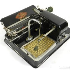 Antigüedades: MAQUINA DE ESCRIBIR GENIA AÑO 1913 + COFRE TYPEWRITER SCHREIBMASCHINE. Lote 195342452