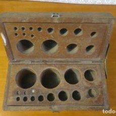 Antigüedades: CAJA DE PESAS VACIA. Lote 195354526