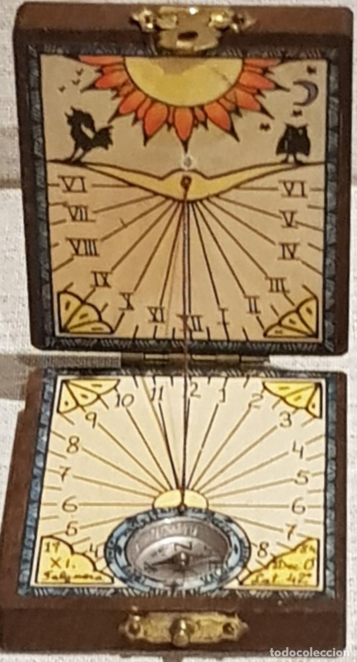 ANTIGUO RELOJ DE SOL CON BRÚJULA EN CAJA DE MADERA PARA VIAJE / 5.5 X 6.5 CM / DE FELGUERA. (Antigüedades - Antigüedades Técnicas - Marinas y Navales)