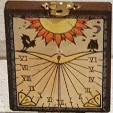 Antigüedades: ANTIGUO RELOJ DE SOL CON BRÚJULA EN CAJA DE MADERA PARA VIAJE / 5.5 X 6.5 CM / DE FELGUERA.. Lote 195418115